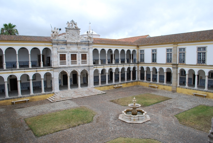 Universidade_de_Évora_-_Claustro_geral_dos_Estudos_(1)